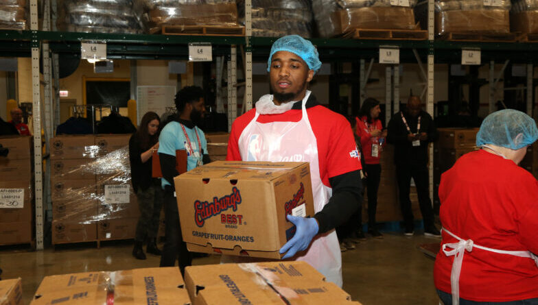 Donovan Mitchell en el NBA Cares Day of Service del All Star 2020