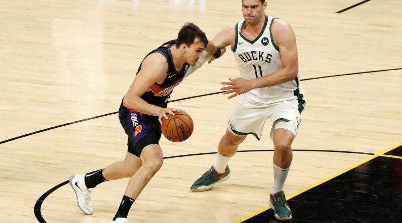 Dario Saric (Suns) y Brook Lopez (Bucks)